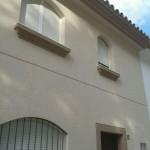 Acabado piedra color marfil (fachada) y marron(cornisas)